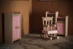 Sedia di oscillazione della Camera di bambola e l'altra mobilia Fotografia Stock Libera da Diritti