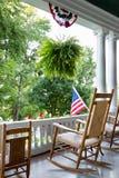 Sedia di oscillazione di legno comoda per godere del 4 luglio Immagini Stock Libere da Diritti