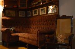 Sedia di oscillazione e parte di Sofa Of The 50s del panno Nizza di un salone immagine stock libera da diritti