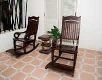 Sedia di oscillazione fatta di legno nell'area della casa Fotografie Stock