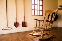 Sedia di oscillazione di legno in una casa dell'agricoltore Fotografia Stock Libera da Diritti