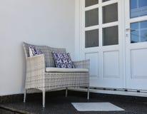 Sedia di rilassamento alla casa di legno immagini stock libere da diritti