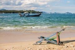 Sedia di salotto della spiaggia sulla spiaggia sabbiosa Immagini Stock Libere da Diritti