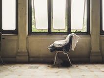 Sedia di solitudine dalle finestre fotografie stock