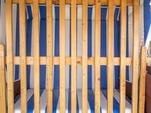 Sedia di spiaggia ostruita con la barriera di legno Fotografia Stock Libera da Diritti