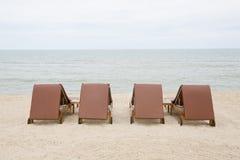 Sedia di spiaggia sulla spiaggia di sabbia Concetto per resto, rilassamento, festa Immagini Stock Libere da Diritti