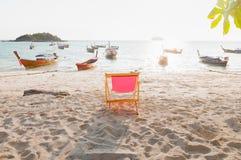 Sedia di spiaggia sulla spiaggia sabbiosa davanti al paesaggio del Immagini Stock Libere da Diritti