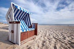 sedia di spiaggia di vimini coperta sulla spiaggia baltica fotografia stock