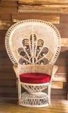 Sedia di vimini sul fondo di legno della parete Fotografie Stock