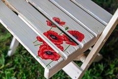 Sedia dipinta con i fiori del papavero Fotografia Stock Libera da Diritti