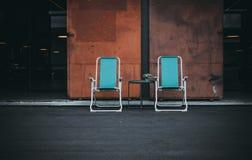 Sedia due con la porta alla vecchia fabbrica Fotografia Stock Libera da Diritti