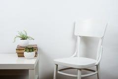 Sedia e fondo vuoto della parete, derisione interna del manifesto di arte su fotografia stock