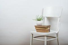Sedia e fondo vuoto della parete, derisione interna del manifesto di arte su immagine stock