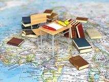 Sedia e scrittorio con i libri sulla mappa di mondo Fotografia Stock Libera da Diritti