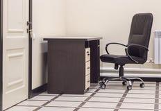Sedia e tavola dell'ufficio Immagini Stock