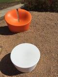 Sedia e tavola di progettazione moderna in un parco Immagine Stock