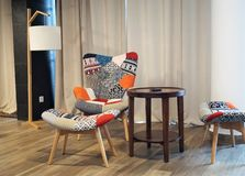 Sedia e tavola in un appartamento immagine stock libera da diritti
