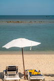 Sedia ed ombrello di spiaggia Fotografia Stock Libera da Diritti