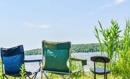 Sedia emty di vacanza dal lato della spiaggia immagine stock