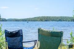 Sedia emty di vacanza dal lato della spiaggia immagini stock