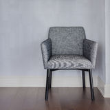 Sedia grigia moderna con il pavimento blu di legno e della parete fotografie stock libere da diritti