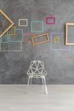 Sedia moderna di progettazione davanti alla parete Fotografia Stock Libera da Diritti