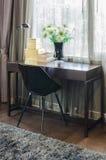 Sedia nera con la tavola di legno Fotografie Stock