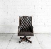 Sedia nera nella stanza d'annata Fotografie Stock Libere da Diritti