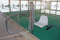 Sedia per l'entrata alla piscina per il disabile fotografie stock libere da diritti