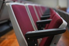 Sedia pieghevole rossa nella sala riunioni fotografia stock libera da diritti
