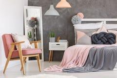 Sedia rosa nella camera da letto delle ragazze Immagini Stock