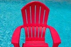 Sedia rossa accanto alla piscina Immagini Stock Libere da Diritti