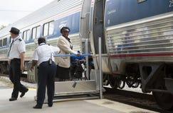 Sedia a rotelle che di sollevamento nel trasporto della ferrovia Fotografia Stock