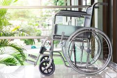 Sedia a rotelle con luce solare fotografia stock