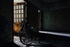 Sedia a rotelle d'annata nel corridoio - ospedale/sanitario abbandonati - New York Immagine Stock