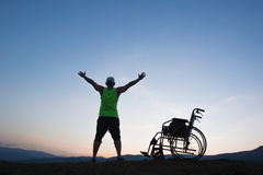 Sedia a rotelle dell'uomo disattivata libertà Fotografia Stock Libera da Diritti