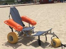 Sedia a rotelle della spiaggia Immagini Stock Libere da Diritti