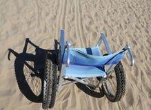 sedia a rotelle di alluminio sulla sabbia Fotografia Stock