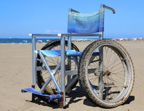 Sedia a rotelle moderna in alluminio con le ruote speciali da muoversi intorno Fotografia Stock Libera da Diritti