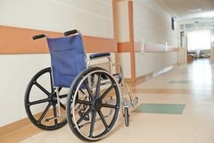 Sedia a rotelle per i paients disabili in clinica Immagini Stock