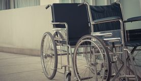 Sedia a rotelle vuota del primo piano all'aperto Immagini Stock