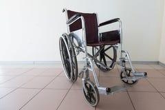 Sedia a rotelle vuota parcheggiata all'ospedale immagine stock