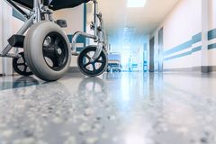 Sedia a rotelle vuota parcheggiata nel corridoio dell'ospedale Fotografia Stock Libera da Diritti