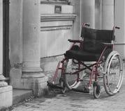 Sedia a rotelle vuota sulla via Immagine Stock Libera da Diritti