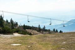 Sedia scenica in natura, sedia dell'ascensore di sci dell'ascensore per raggiungere la cima della montagna immagine stock libera da diritti
