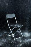 Sedia su un fondo nero fotografia stock