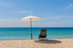 sedia sulla bella spiaggia tropicale Fotografia Stock Libera da Diritti