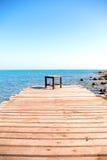 Sedia sulla piattaforma di legno dal mare Fotografia Stock