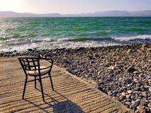 Sedia sulla spiaggia del mare del lago galilee Immagine Stock