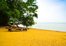 Sedia tradizionale di rilassamento sulla spiaggia sabbiosa gialla fotografia stock